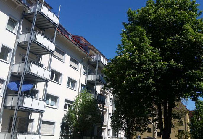 Innenhof mit Autostellplatz