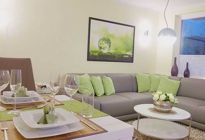 Wohnzimmer mit Südbalkon und Flatscreen