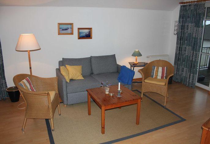 gemütliche Couch mit Stehlampe und Tisch