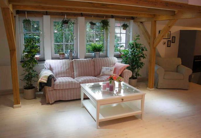 Geräumiges Wohnzimmer mit Blick auf den Innenhof