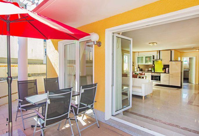 Blick auf Terrasse und ins Wohnzimmer