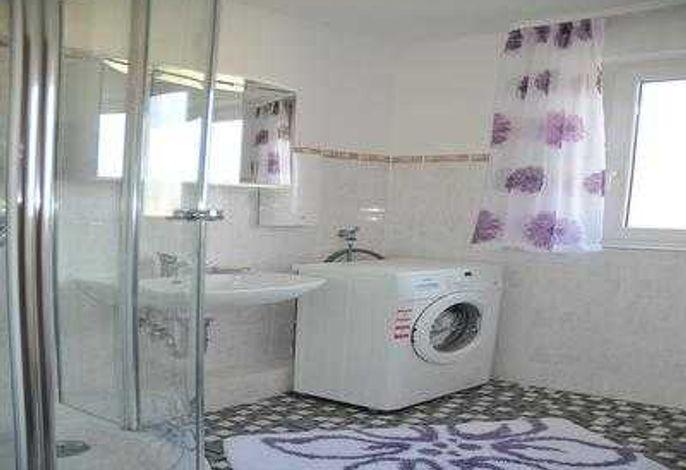 komplett eingerichtetes Bad, Toilette separat