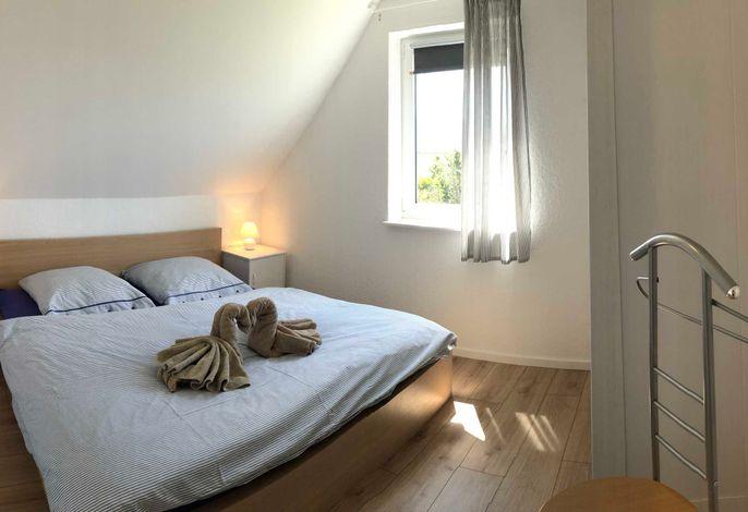 Schlafzimmer (Bett 1,80 m) im Obergeschoss