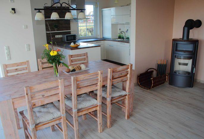 Küchenbereich mit Essplatz und Kamin