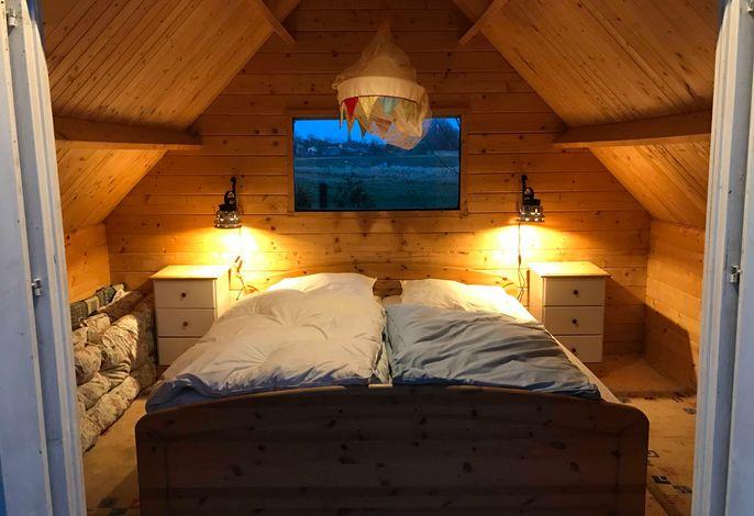Kleine Sommerhütte mit großem Doppelbett