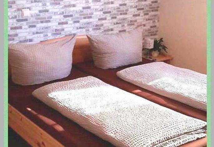 Jedes Zimmer ist mit einem Doppelbett 180x200 sowie einem Etagenbett 90x200