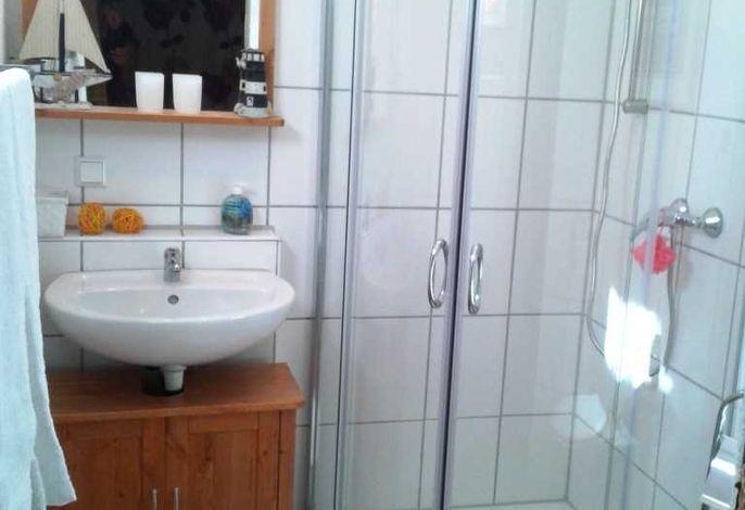 Bad mit Dusche/WC im Zimmer