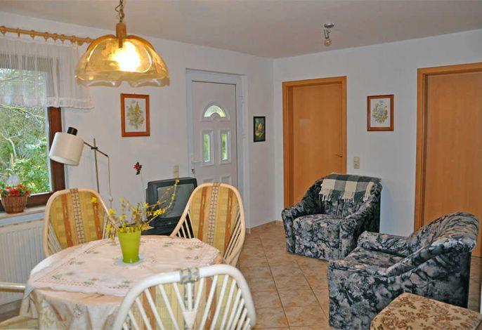 Wohnraum unten mit Polstermöbel und Küchenbereich