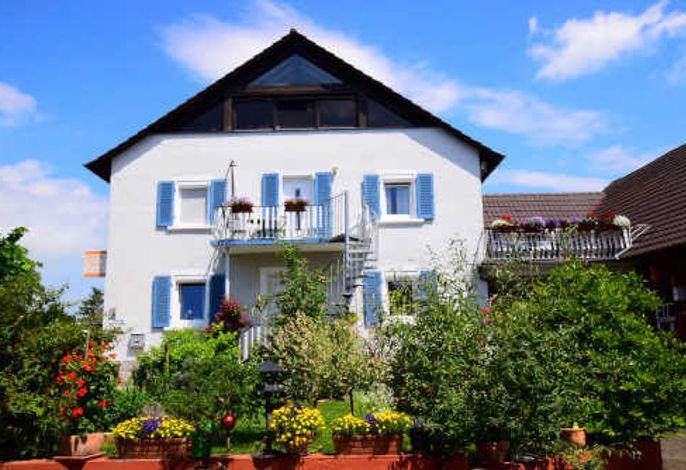 Ferienwohnungen Heitzler 100 qm und 75qm. Die 75 qm ist im Dachgeschoss , Sie ist über Wendeltreppe zu erreichen. Wir wohnen im Erdgeschoss. die Wendeltreppe zu erreichen. Wir wohnen im Erdgeschoss