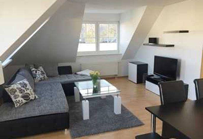 Wohnraum mit großer Eckcouch und LED TV