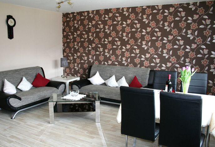 Großzügiges Wohnzimmer mit Essecke