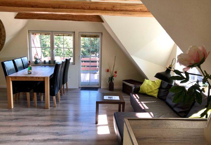 Wohnzimmer mit Couch und Essplatz