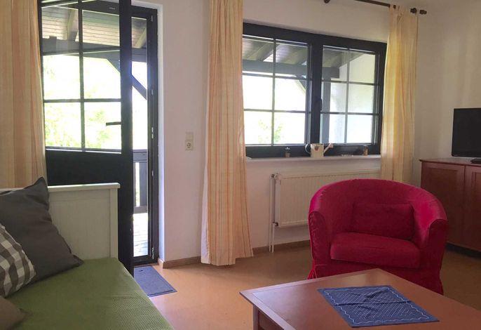 Wohnbereich, davor der Balkon