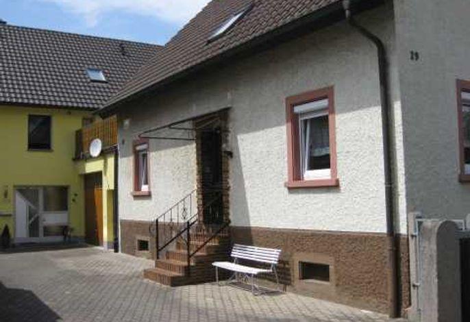 Außenansicht des Gebäudes mit Ferienwohnung im EG