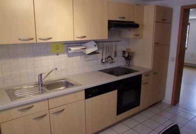 Küche kompl. eingerichtet mit Spülmaschine, Herd, Kühlschrank, Gefrierfach, Mikrowelle, Filter- und Kapselkaffeemaschine, Eierkocher, Toaster