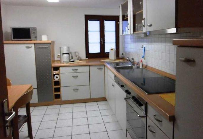 Küche kompl. eingerichtet mit Spülmaschine, Kühlschrank, Herd, Mikrowelle, Filter- und Kapselkaffeemaschine, Toaster, Eierkocher