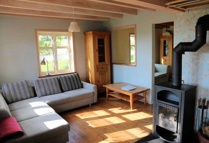 Sitzgelegenheit im Wohnzimmer mit Holzofen
