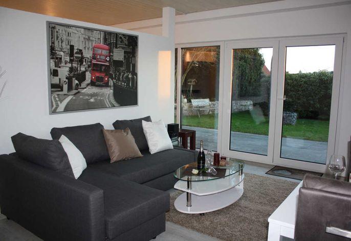 Sehr heller Wohnraum mit Schlafsofa für 3. u. 4. Person, Schreibtisch, Esstisch mit 4 Stühlen, Blick aufs Schloss und eigene Terrasse.