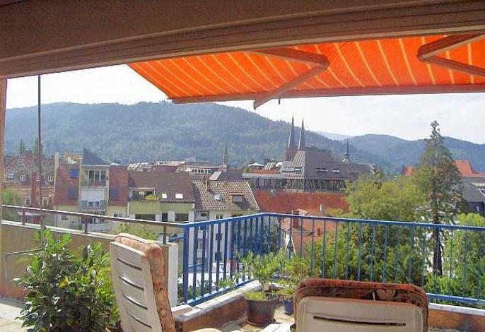 Ausblick vom Esszimmer auf die Terrasse nach Süden