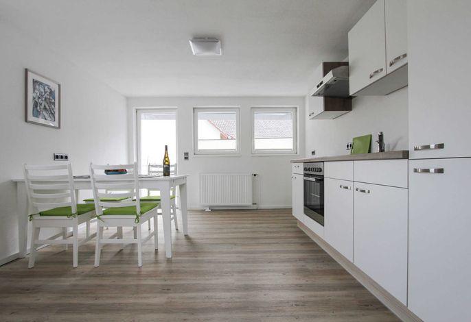 Fewo3 Küche mit Ausziehtisch für bis zu 10 Personen