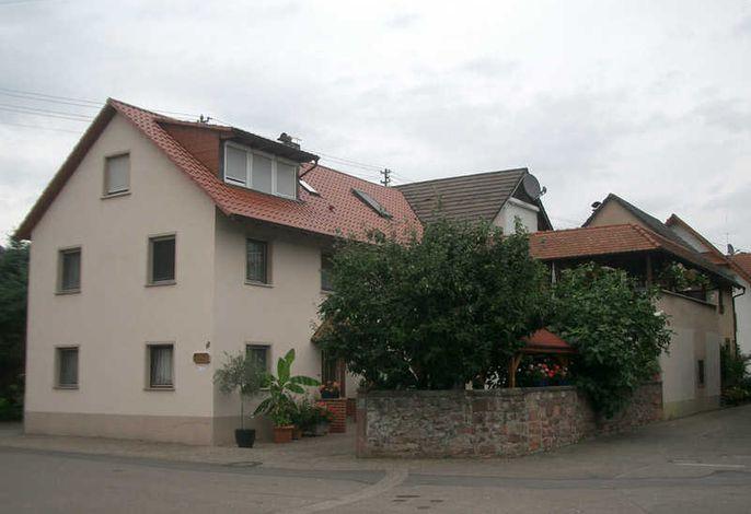 Haus des Gastgebers, mit Ferienwohnung im EG und gegenüberliegendem Freisitz