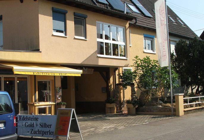 Hausansicht, rechts der Eingang zur Ferienwohnung mit Vorgarten. links unser  Edelsteingeschäft