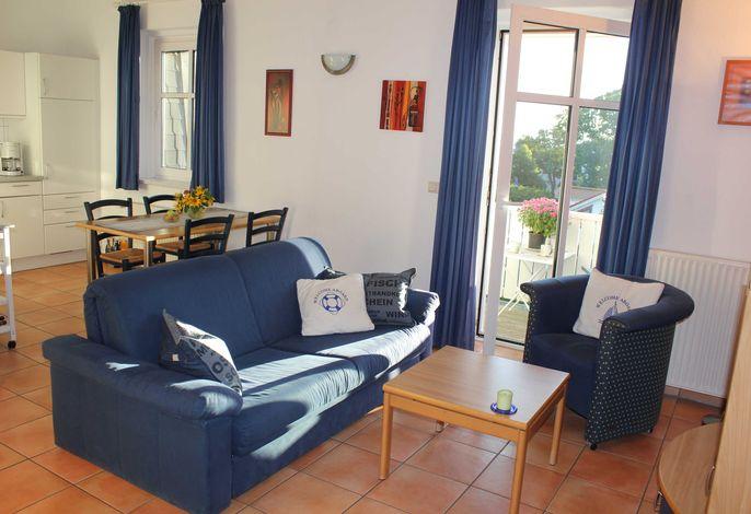 Blick ins Wohnzimmer mit offener Küche - Ferienwohnung Meeresrauschen / Juliusruh auf Rügen