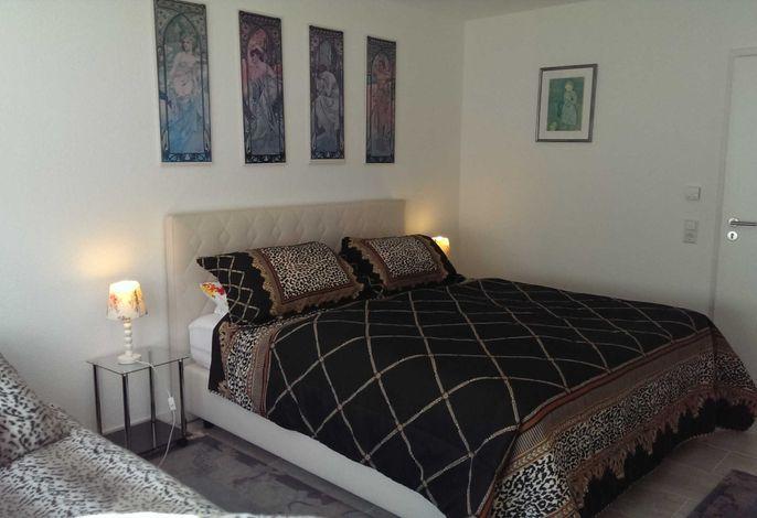 Schlazimmer mir Bett 1,80 m breit