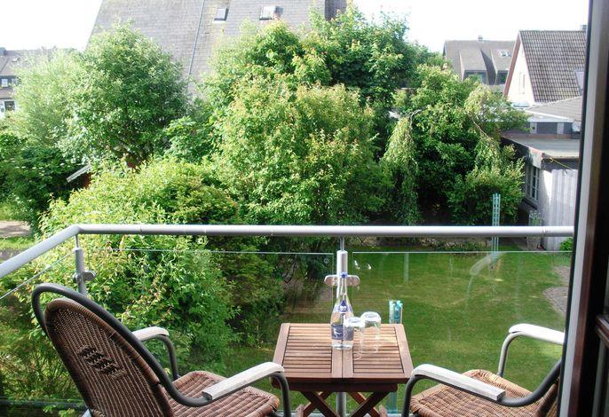 Der eigene Balkon mit Blick in den üppig bepflanzten Garten
