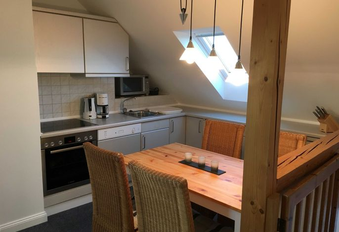 Die separate Küche mit großem Esstisch