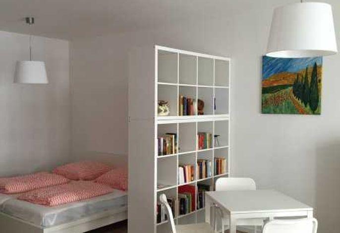 kombinierter Wohn,-Ess- und Schlafraum mit offener Küche