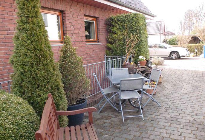 Haus sowie Sitz-/Terrassenbereiche unserer Wohnung Nr. 5