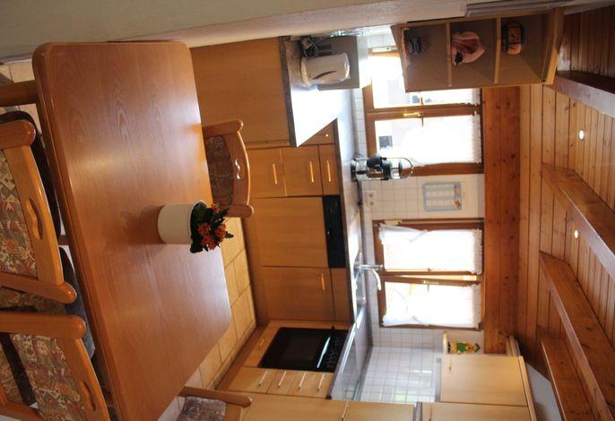 Geräumige, vollausgestattete Küche mit Herd, Ofen, Kühlschrank, Kaffeemaschine, Spülmaschine.