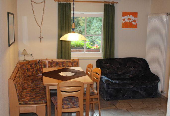 Gemütlicher Ess- und Wohnbereich mit viel Raum.