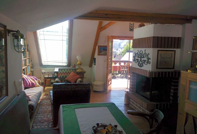 Wohn- Essbereich, Schreibtisch mit ost-seitigem  Balkon