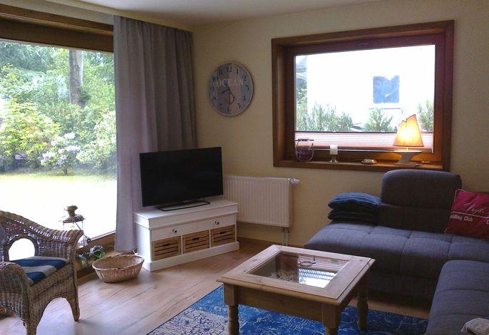 Wohnzimmer mit Blick auf den hinteren Teil des Grundstücks