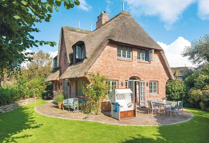Reetdachhaus mit eingewachsenem Garten