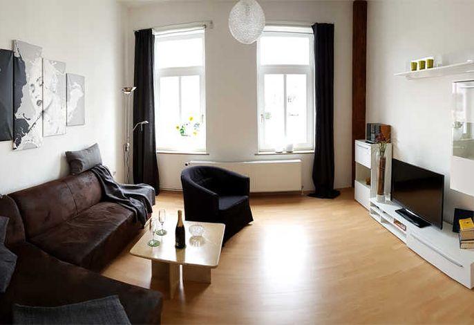 Wohnzimmer mit TV und Polstermöbel