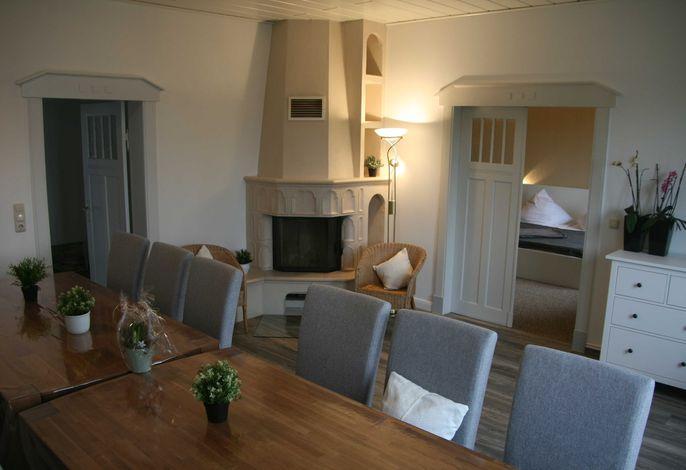 Esszimmer mit Kamin im Erdgeschoss