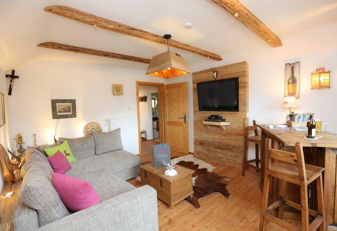 gemütliches Wohnzimmer mit Altholzverkleidungen