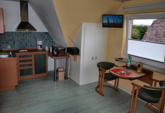 Küchenzeile, Tisch und Stühle am Fenster