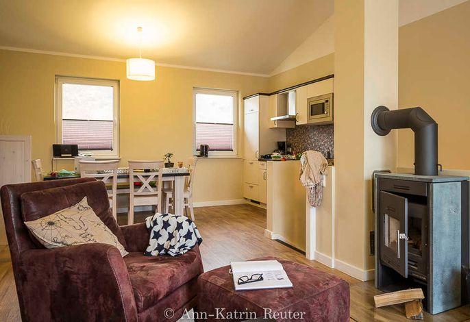 Wohnbereich mit integrierter Küche und kaminofen