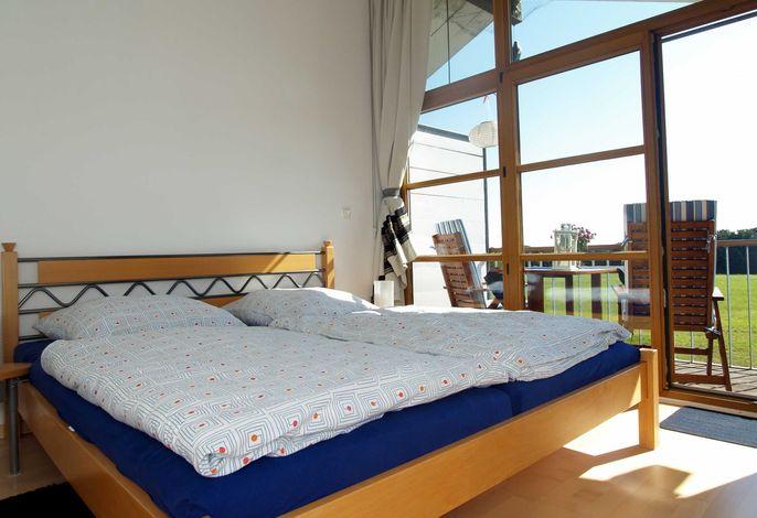 Der Schlafbereich mit einem Doppelbett