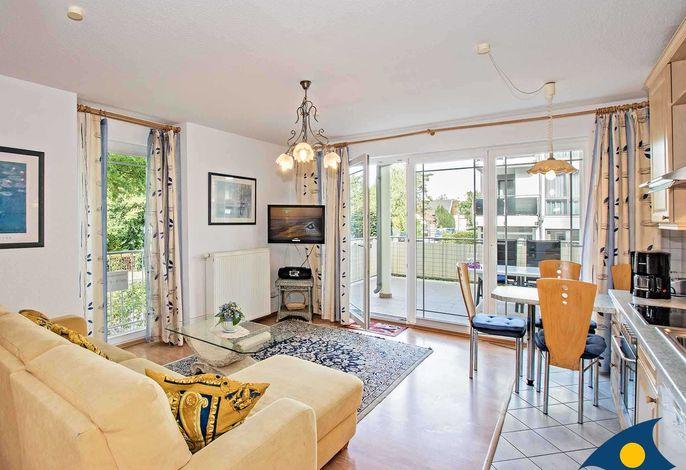 Wohnzimmer mit Essbereich und Zugang zur Terrasse