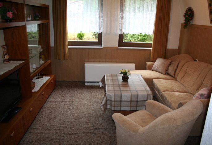 Wohnzimmer mit Schrankwand und Couch