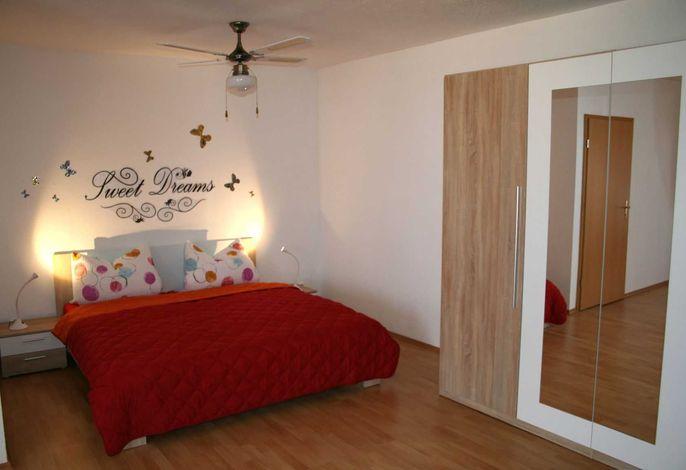 Schlafzimmer 1 mit hochwertigen Doppelbett