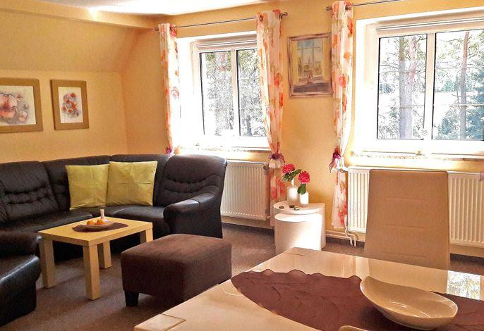 Wohnzimmer mit Sitz- und Essecke