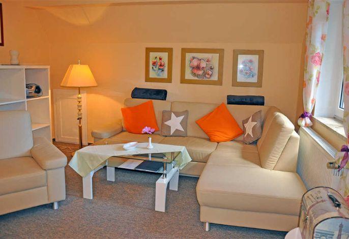 Wohnzimmer mit Polstermöbel und TV