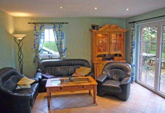 Wohnzimmer mit Sitzecke und Ausgang zur Terrasse