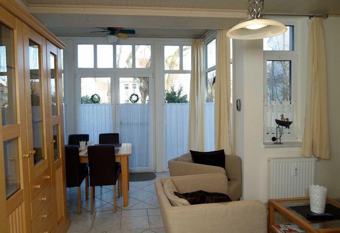 Der Wohnbereich mit Zugang zur Terrasse
